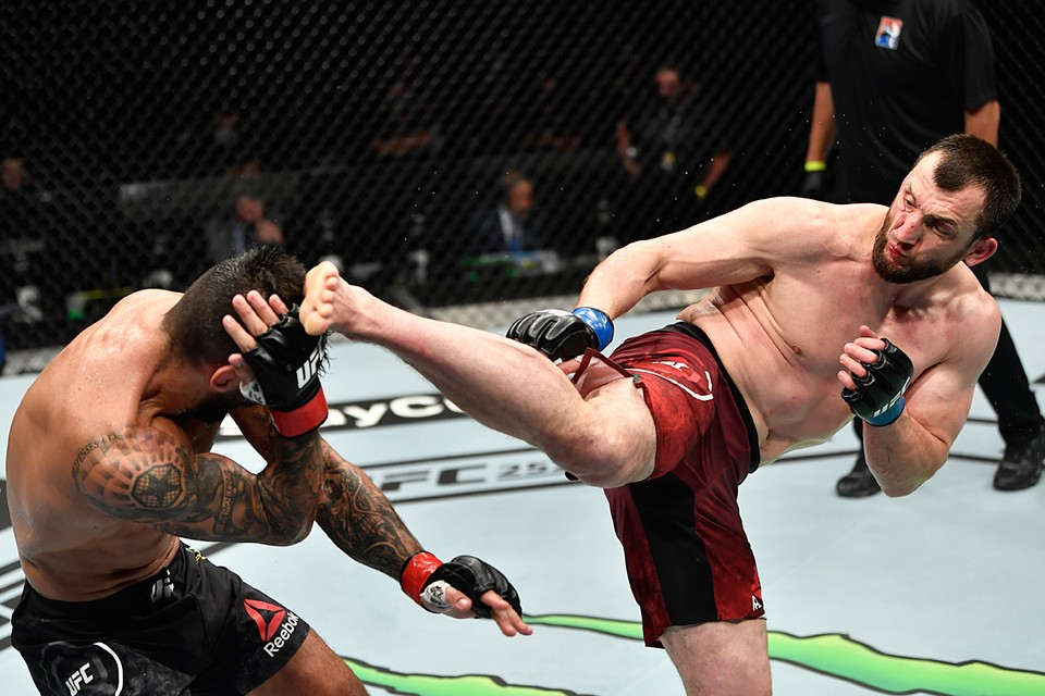 Боец ММА Муслим Салихов одержал свою четвертую победу подряд, одолев  бразильца Элизеу дос Сантосом. Бой в рамках турнира UFC 251 прошел на «Бойцовском острове» в Абу-Даби