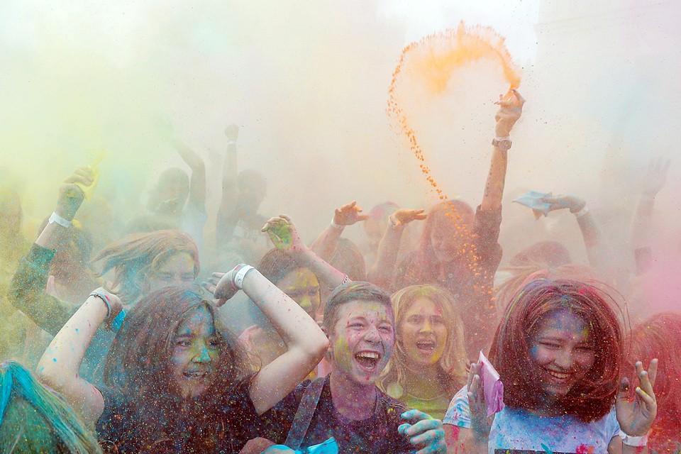 В белорусской столице прошел самый яркий фестиваль года Color Fest. Кульминацией праздника стал массовый залп, когда все участники по команде подбросили вверх разноцветный порошок, создав в воздухе настоящее буйство красок