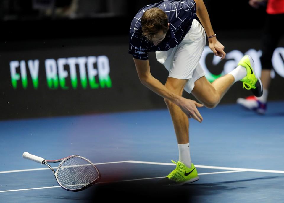 Российский теннисист Даниил Медведев ломает ракетку о корт во время турнира в Санкт-Петербурге.