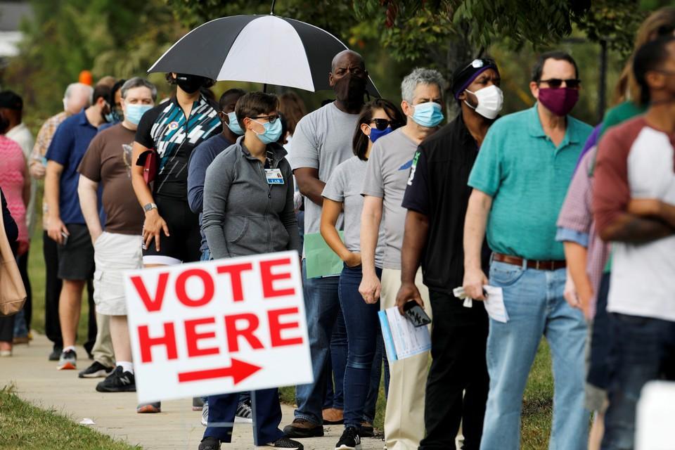 Американцы выстроились в длинные очереди, чтобы проголосовать в штате Северная Каролина.