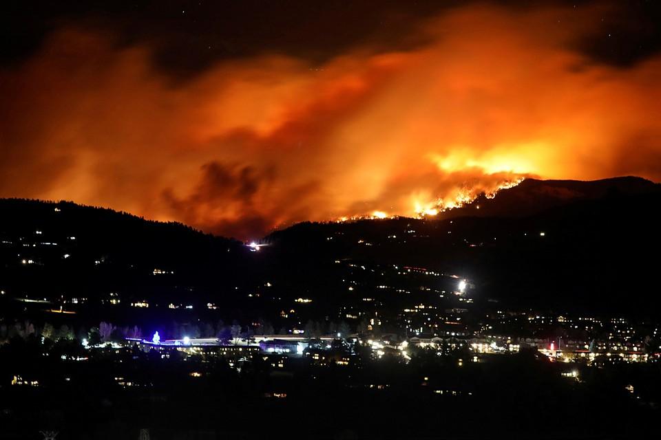 Распространившийся из-за сильных ветров лесной пожар, полыхающий в течение двух месяцев на севере Колорадо, резко разросся в размерах. Превысив площадь 67 тысяч гектаров, он стал самым крупным в истории штата