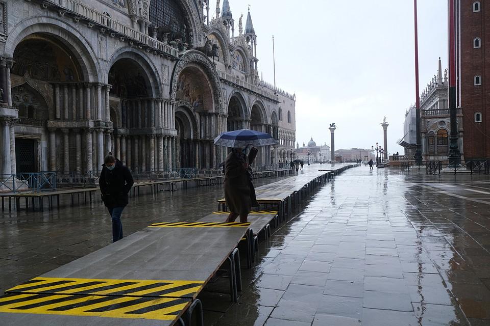 """Система подводных барьеров """"Моисей"""" защитила Венецию от наводнения в результате прилива высотой полтора метра"""