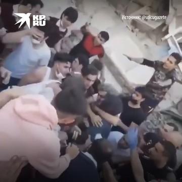 Громкими овациями встречают тех, кого сумели вытащить из-под завалов живыми после землетрясения в Измире