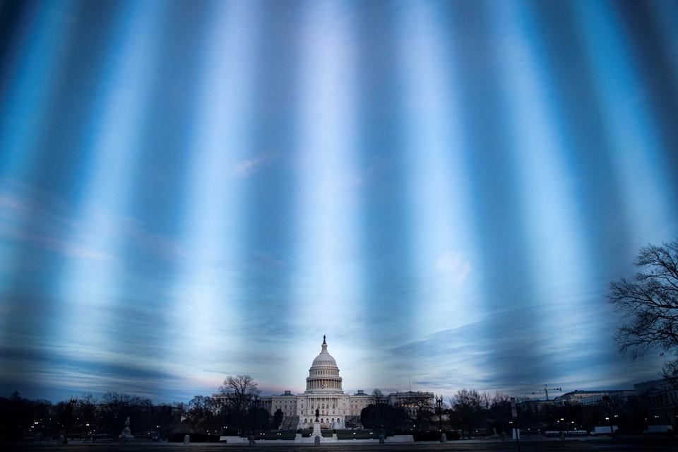 Капитолий США на закате, снятый через защитное ограждение