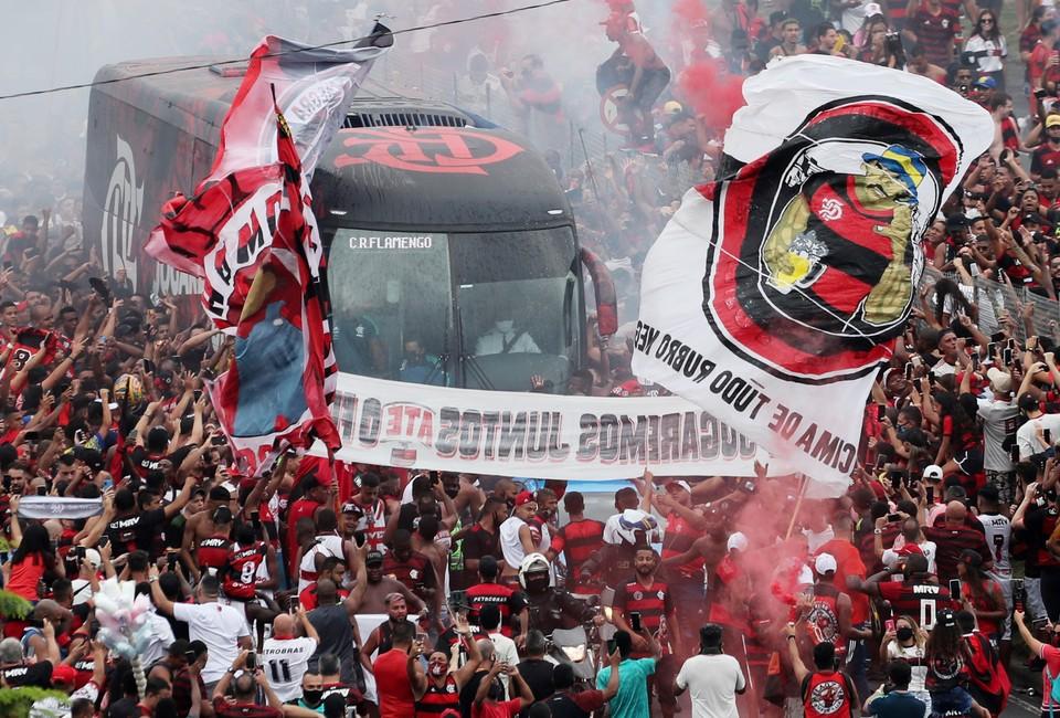 """Болельщики бразильского футбольного клуба """"Фламенго"""" провожают автобус команды на важный матч."""