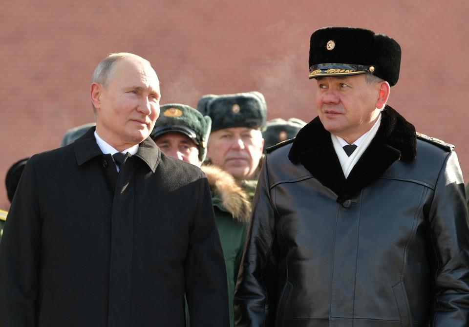 Владимир Путин и Сергей Шойгу после возложения президентом венка к Могиле Неизвестного солдата.