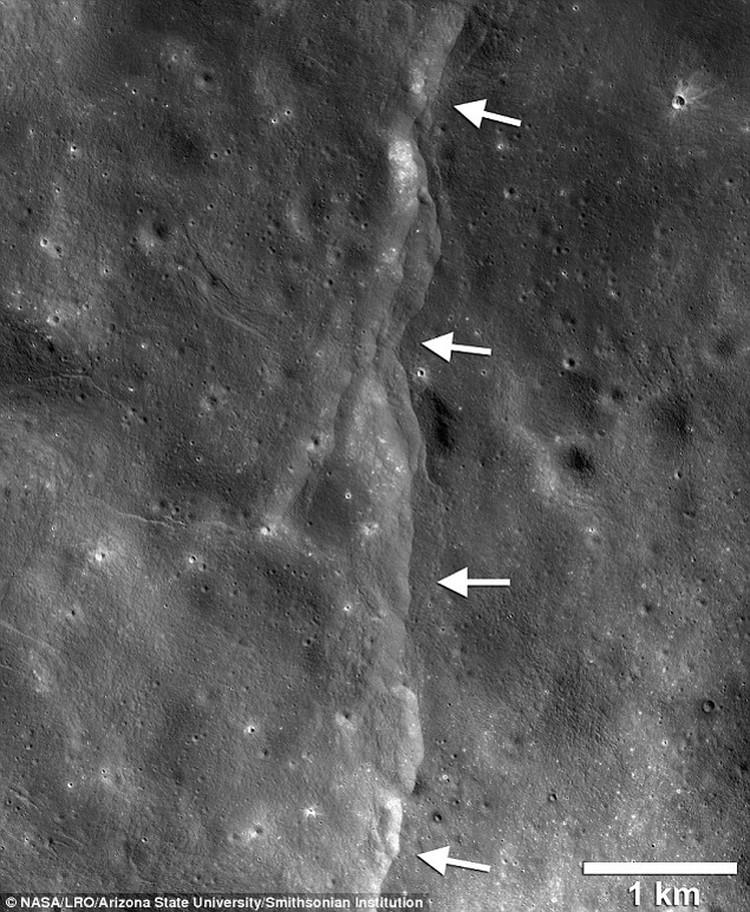 Одна из борозд, которыми покрывается Луна.
