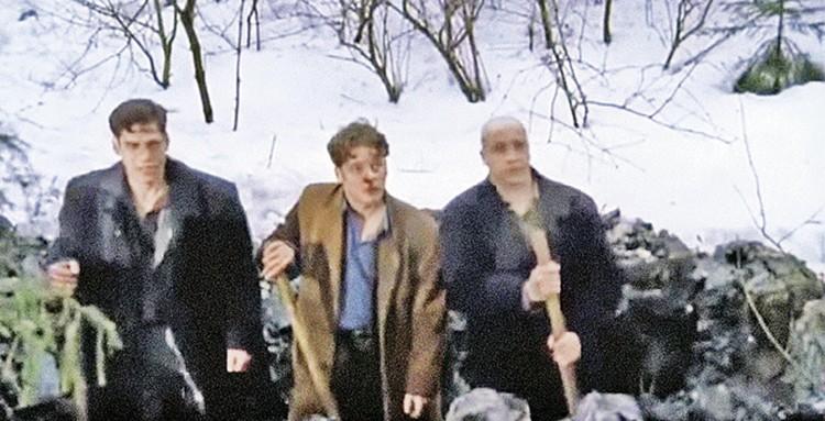Известный кадр из сериала про бандитов: Космос (Дюжев), Пчела (Майков) и Шмидт (Гуменецкий) сами роют себе братскую могилу.