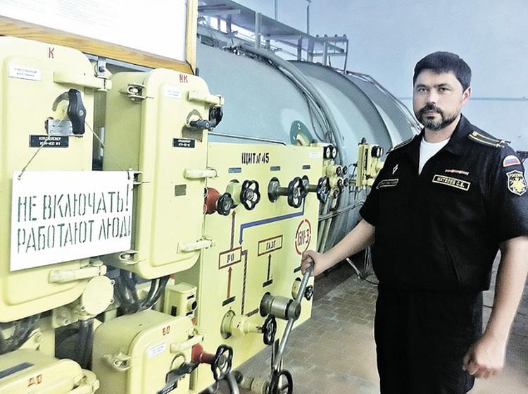 Начальник лаборатории Сергей Матвеев управляет «погружением» в «бочке»- береговом водолазном комплексе (за его спиной).