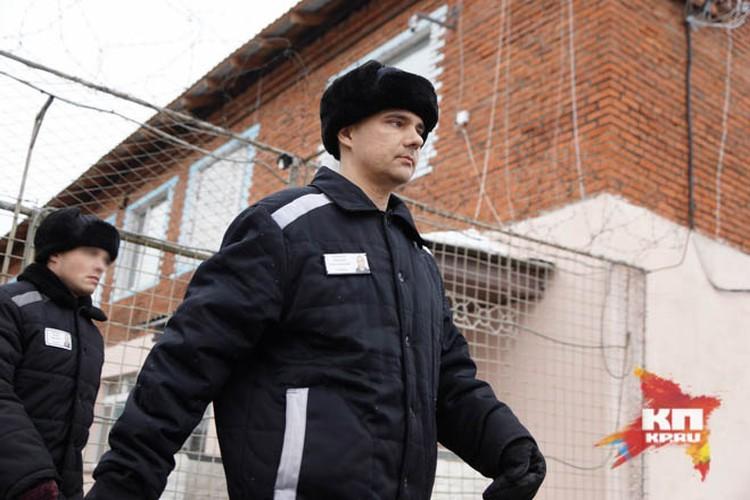 Дмитрий Лошагин шагает в столовую как бравый гвардеец
