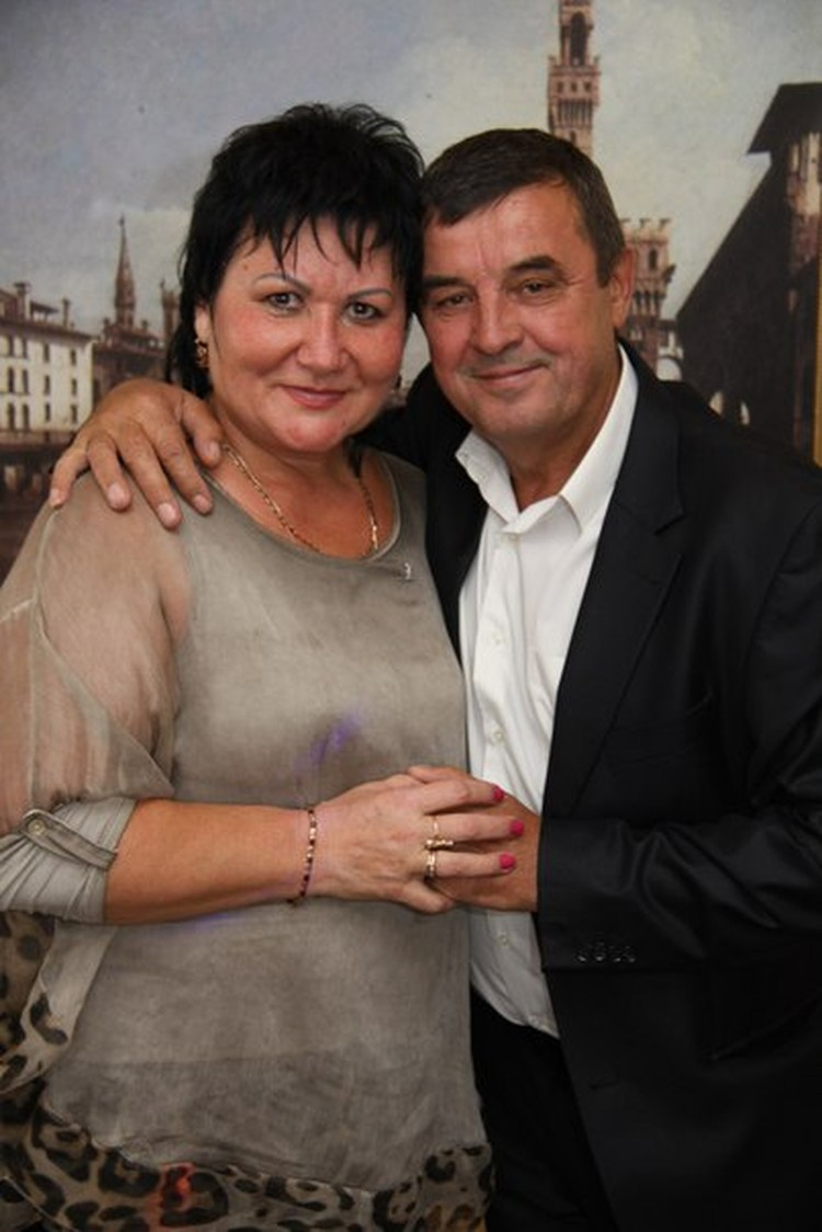 На фото Виталий Радлевич нежно обнимает жену Аллу. Фото: соцсети