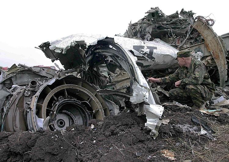 На месте падения самолета Ту-154 в поселке Каменск-Шахтинский в 138 км от Ростова-на-Дону, потерпевшего катастрофу 24 августа 2004 года