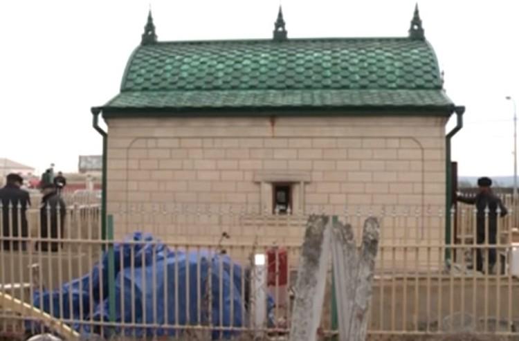 Мавзолей святого, на который покусились вандалы. Фото: ЧГТРК