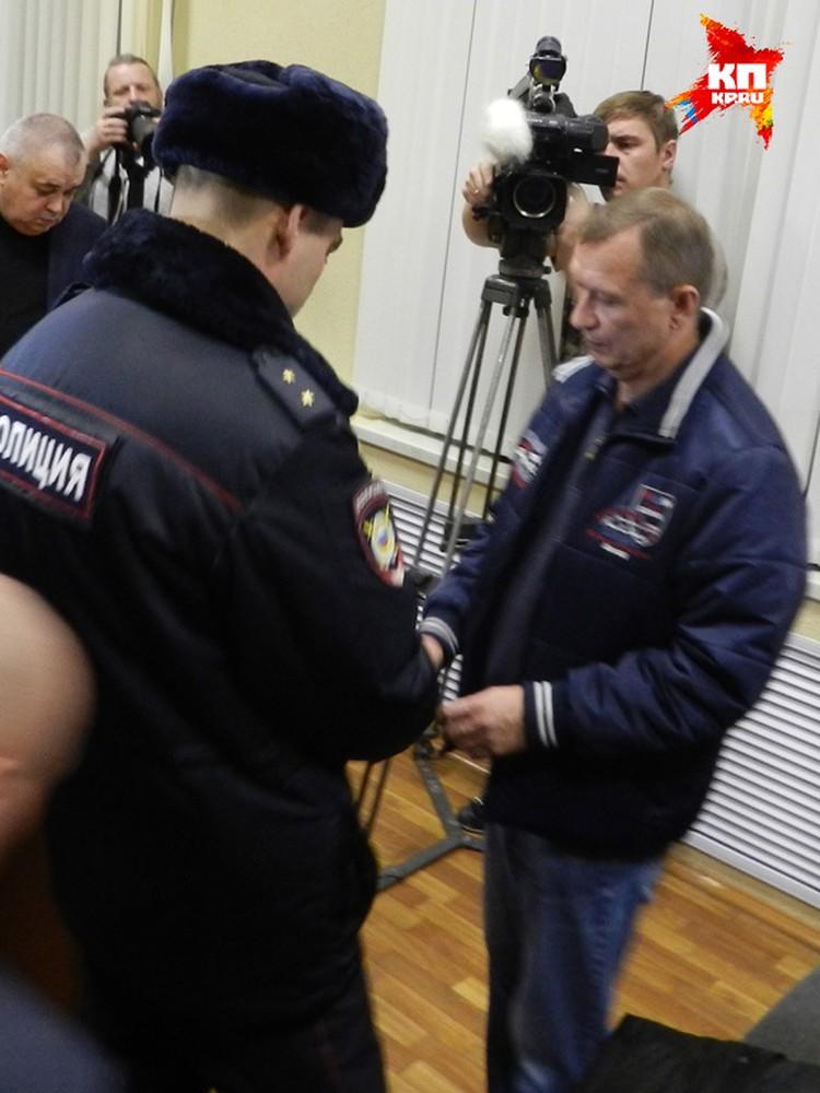 Николаю Денину одевают наручники. Фото: Марина Гусева.