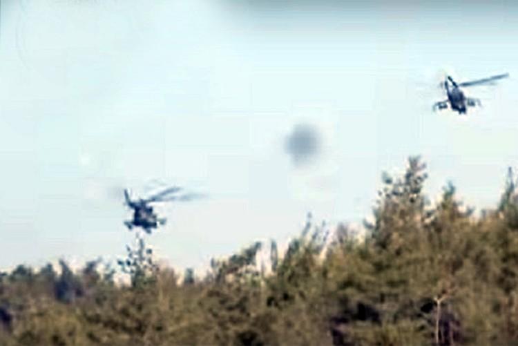 В эти же минуты с российской базы под Латакией на поиски летчиков в воздух поднимаются вертолеты Ми-24 и Ми-8