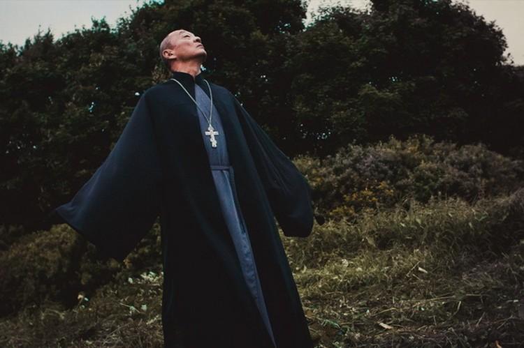 Голливудский актер Кэри-Хирюки Тагава сыграл в картине «Иерей-сан» японского священника, спасающегося отякудза в глухой русской деревне. Роль настолько повлияла на японца, что он принял православие, получив при крещении имя Пантелеимон. ФотКадр из фильма