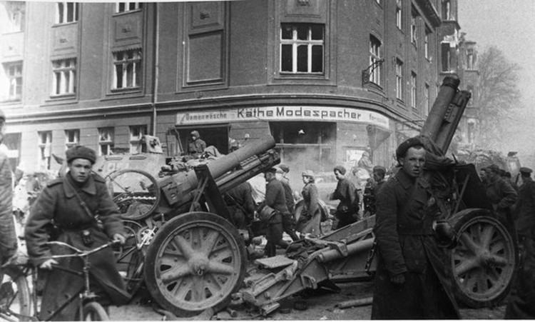 В книге не так много описывается сам штурм города, сколько непростая обстановка, которая сложилась в первое время после прихода советских войск.