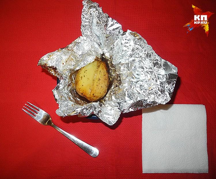 Картошку класть на тарелку прямо в фольге, разворачивать фольгу на тарелке
