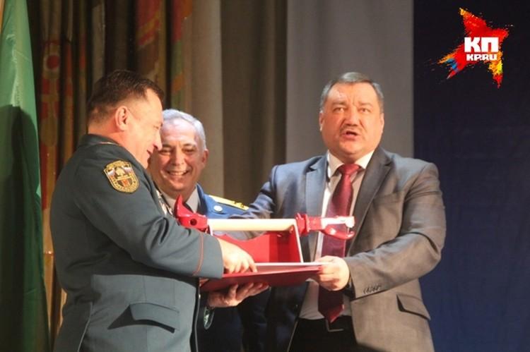 Федор Кургузкин вручил Александру Сидорову топорик