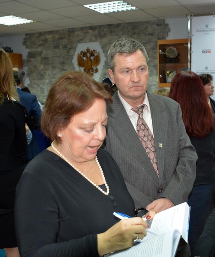 Виктор Рубель и одна из ведущих экстрасенсов «Звездных врат» Анжела Форд в Москве на презентации книги о пси-войнах.