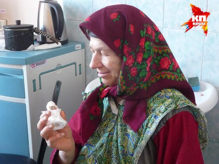 """Ангелочка с иконой Божией матери Агафье подарили посетители. Подарок отшельница приняла, но посетовала, что """"икону на живот приклеивать нельзя""""."""