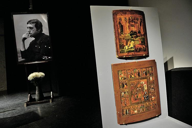 Две иконы из квартиры Владимира Семеновича вернулись в Москву. На фото вверху - образ XIX века с ликом архангела Михаила, святых Фрола и Лавра. Ниже - икона XIX века, изображающая сцены «Воскрешения» и «Явления Христа апостолам».