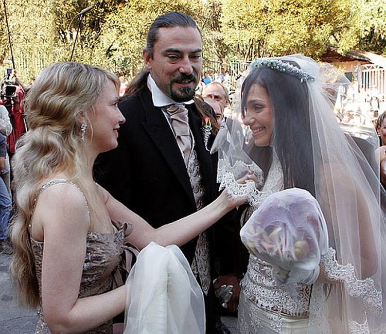 Ради бракосочетания дочки Юля распустила локоны. Фото: кадр видео.