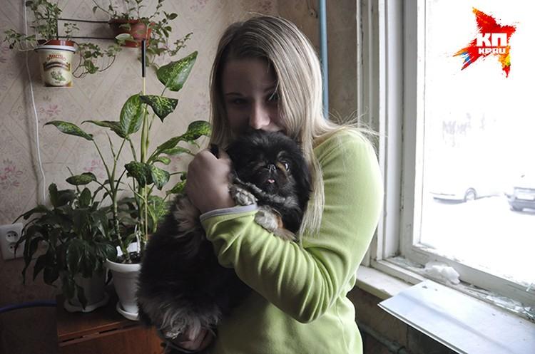 Настя прижимает к груди собачку Лялю. В тот злополучный вечер они были дома вдвоем.