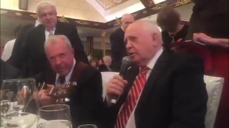 Михаил Горбачев спел под аккомпанемент Андрея Макаревича, а за спинкой стула юбиляра стоял посол США в России Джон Теффт.