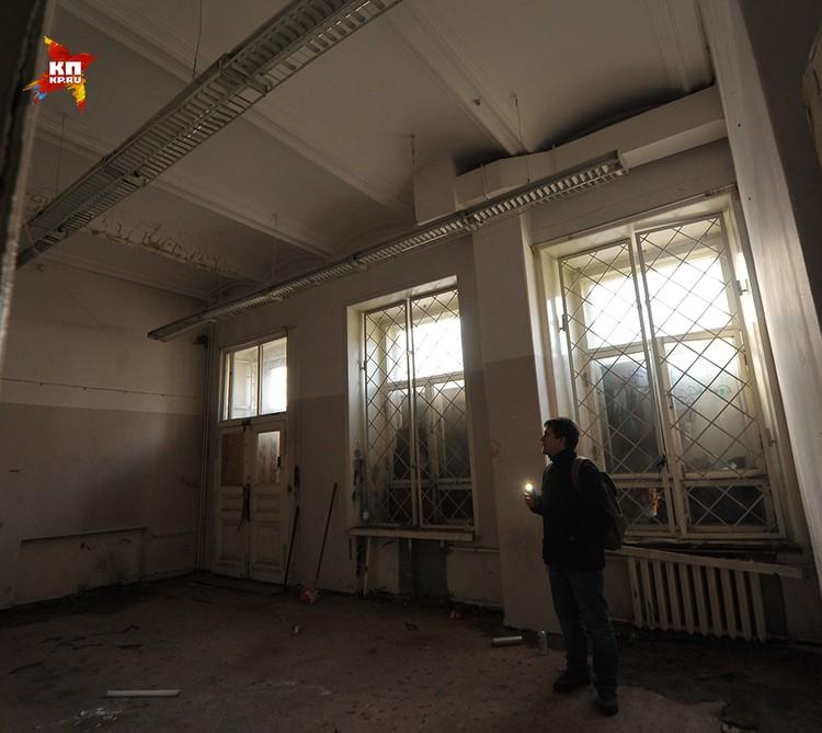 Заколоченные окна почти не пропускают света, ходить по комнатам нужно с фонариком