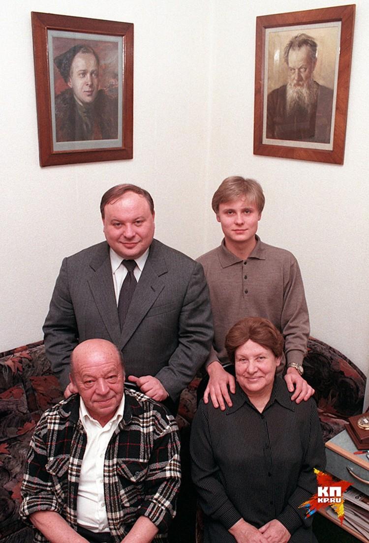 Семейное фото Егора Гайдара. Верхний ряд - российский премьер с сыном Петром, нижний ряд - отец Егора Тимур и мать Ариадна Бажова-Гайдар.