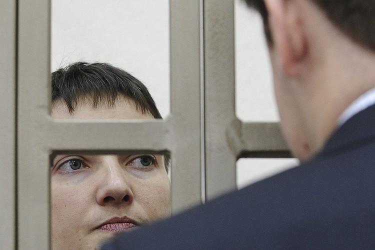 Надежда Савченко во время беседы с адвокатами в помещении Донецкого суда Ростовской области.