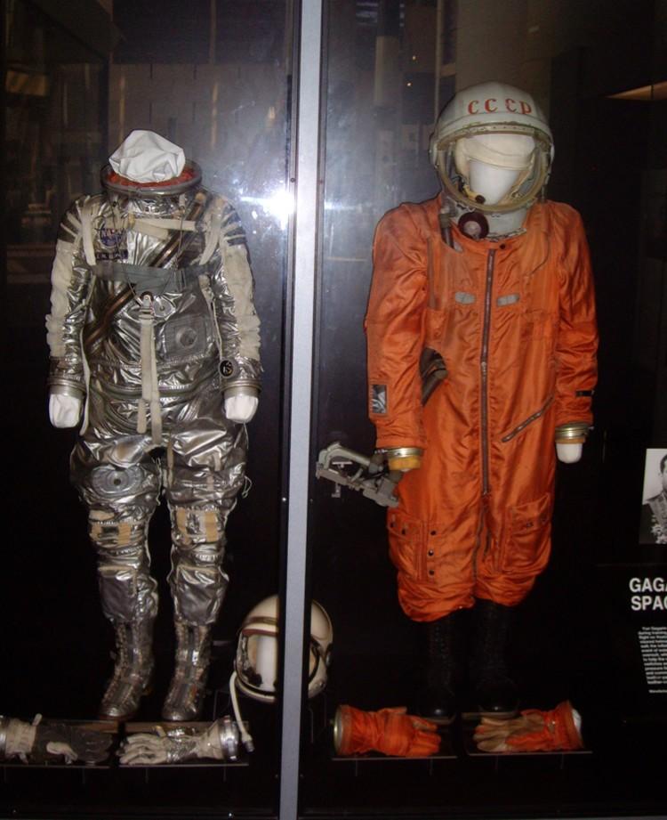 В национальном музее авиации и космонавтики в Вашингтоне скафандры Джона Гленна и Юрия Гагарина в одной витрине.