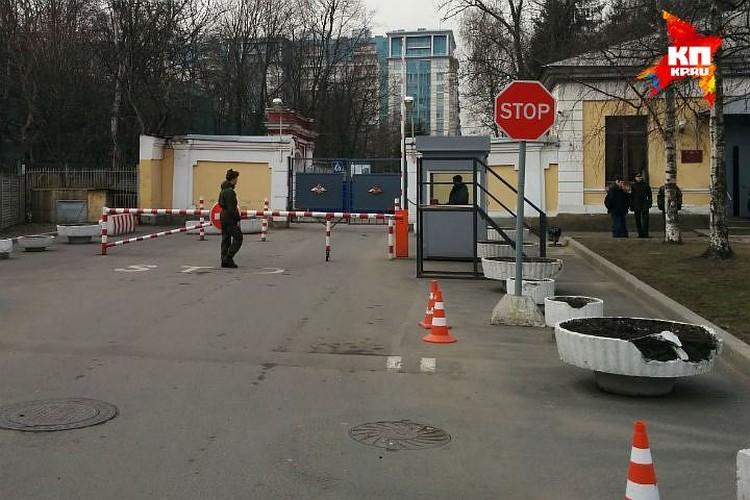 Солдаты вышли с территории больницы минуя КПП