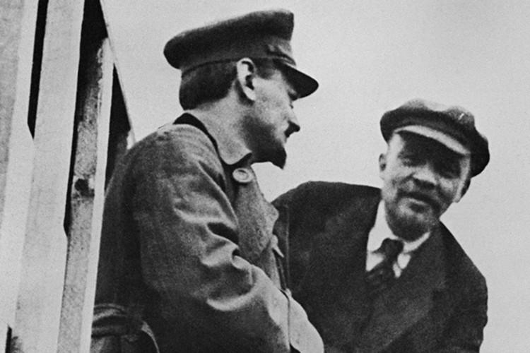 Два человека - Ленин и Троцкий - сыграли гораздо большую роль, чем все политические партии того времени, вместе взятые