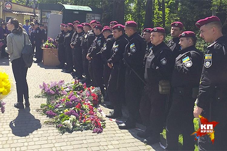 Стражи правопорядка не пропускали собравшихся на площадь возле Дома профсоюзов. Фото: Владимир ВОЛОШИН