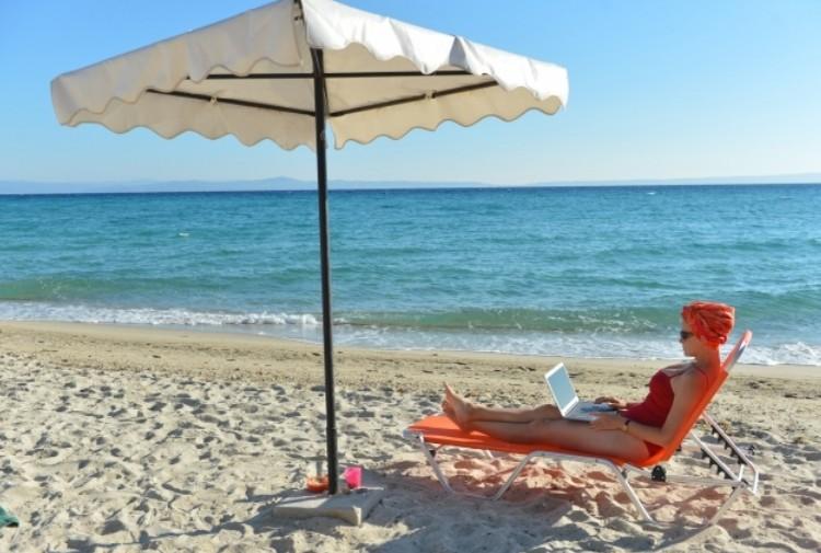 Сижу на берегу с ноутбуком, держу связь с Родиной.