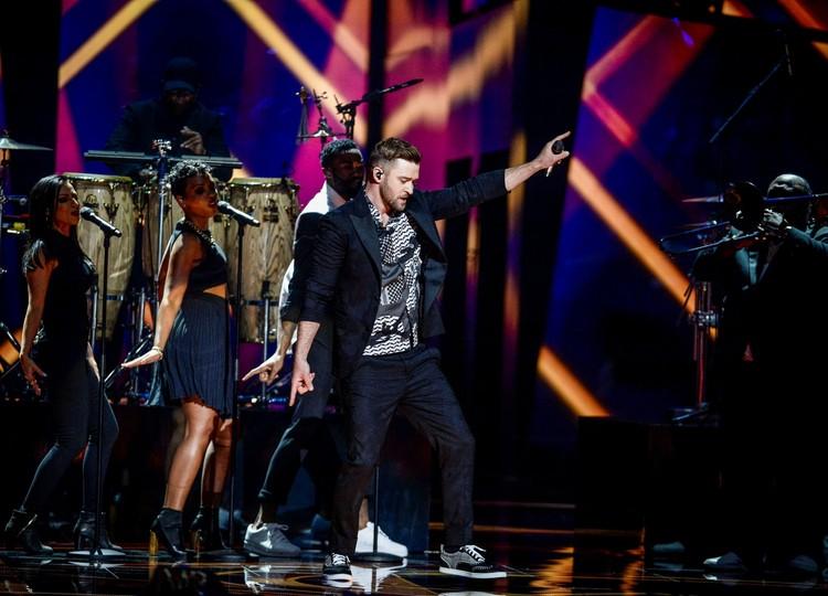 Джастин Тимберлейк был специально приглашенной на этот конкурс звездой и выступал отдельно.