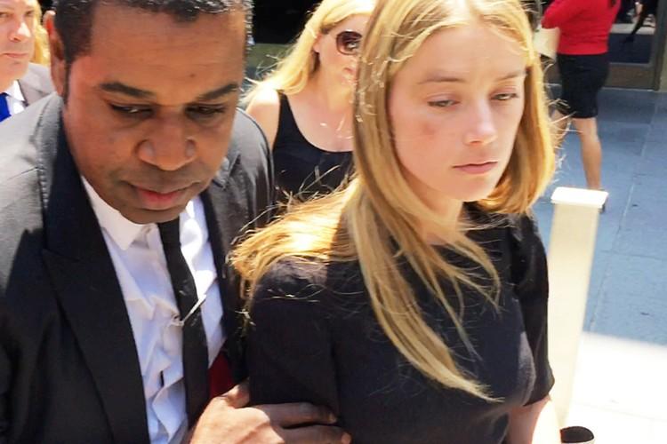 Эмбер Херд покидает здание суда Лос-Анджелеса 27 мая: на лице актрисы видны следы от побоев