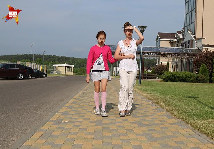 Настя, с мамой едет в Россию