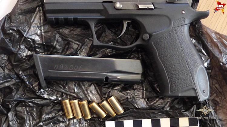 У хакеров также нашли оружие Фото: МВД РФ