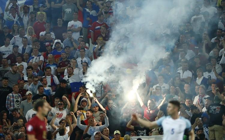 Российские фанаты зажгли на трибунах файеры.