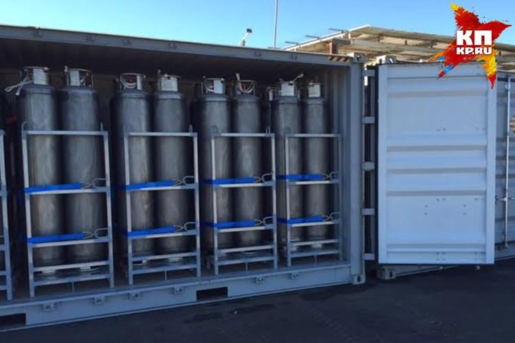 В контейнерах по соседству - газ пропан, главное топливо перелета. Весят баллоны 10 тонн, а чтобы их привезти понадобилось три огромных грузовика