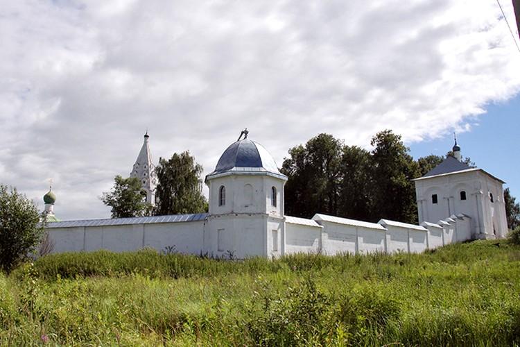 Свято-Троицкий монастырь на окраине Переславля, почти на выезде в сторону Москвы, сейчас замер в оцепенении.