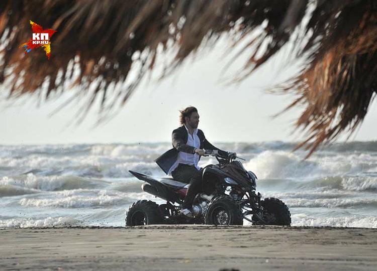 Андрей Малахов рассекает по пляжу в классическом костюме на квадроцикле