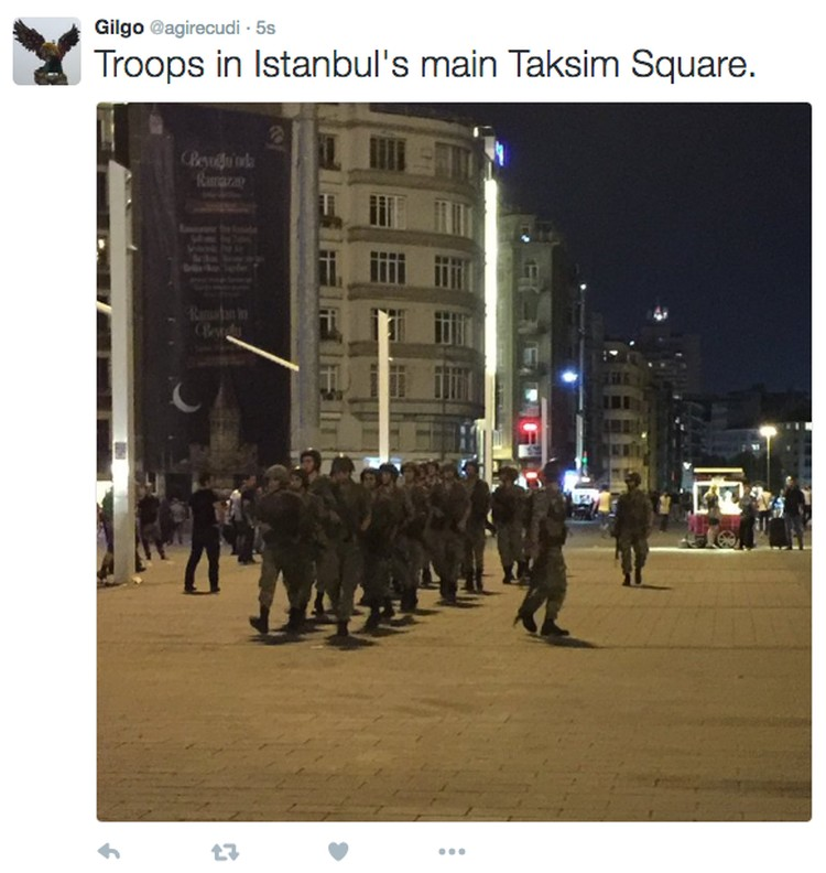 Войска на площади Таксим в Стамбуле Фото: twitter.com/agirecudi/