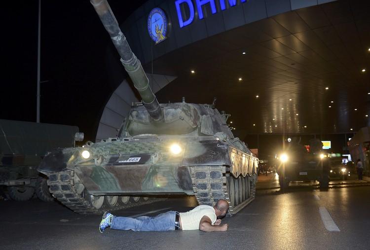 Мужчина лег перед танком, протестуя против госпереворота, в аэропорту Стамбула
