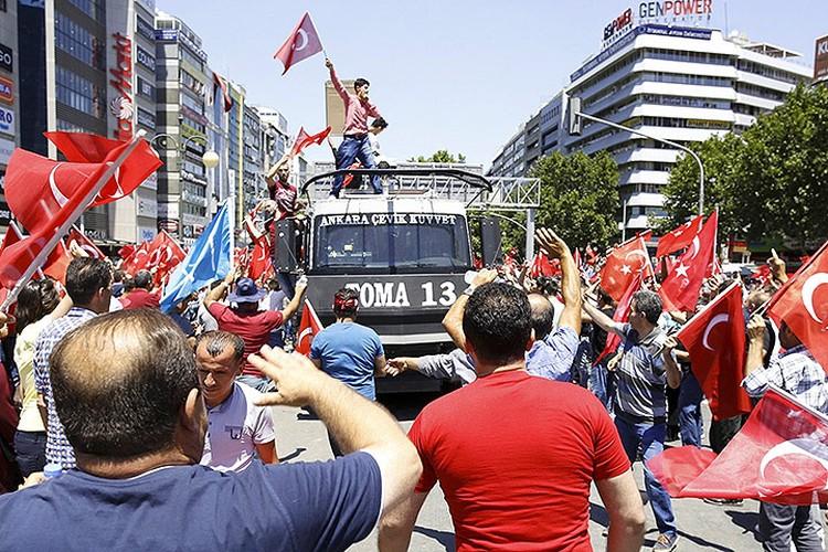 Празднующие победу сторонники действующего президента Эрдогана.