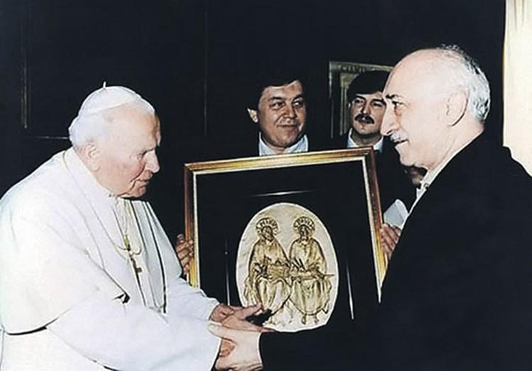 1998 год. Фетхуллах Гюлен (справа) встречается с Папой Римским Иоанном Павлом II.