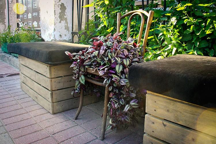 Милые кафе растянулись и по улице Свободы. В начале улицы для посетителей распахнул свои двери «Шкаф». Возле входа здесь стоит старый стул, переделанный под клумбу.